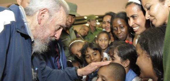 Fidel con los alumnos del centro escolar, que tiene dos bloques.