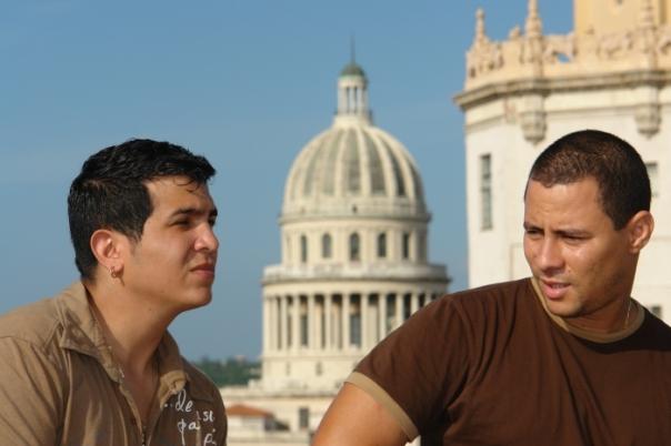 Israel, a la derecha, fue uno de los artistas cubanos que estuvo en la capilla ardiente del Comandante Chávez, honrándolo.