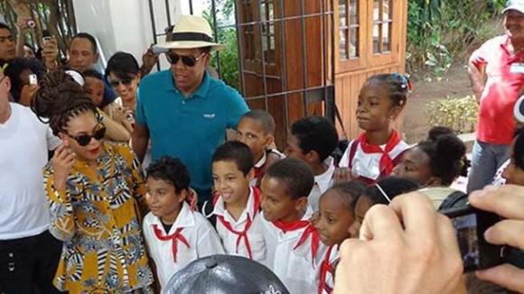 Beyonce y Jay-Z caminaron tranquilamente y en paz por las calles de La Habana.