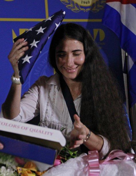 Por supuesto, si Yoani se hubiera atrevido a criticar el centro de detención en Guantánamo, adiosito a banderita estadounidente, y adiós platica de su vida.