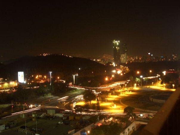 800px-Plaza_Venezuela_de_noche