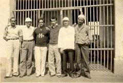 Roa, el cuarto de izquierda a derecha, en prisión.