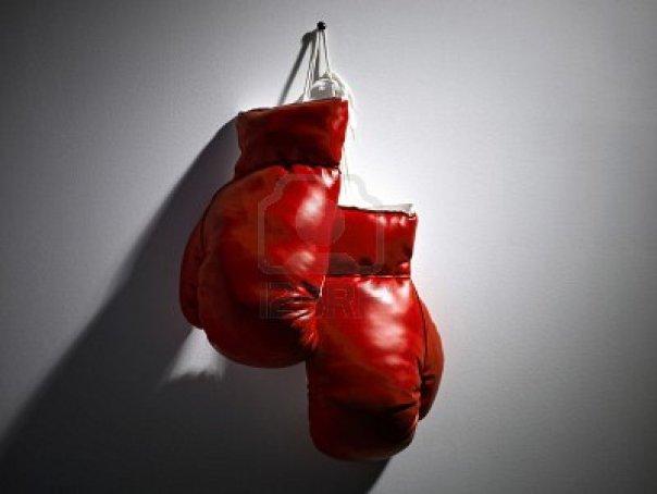 9153597-un-par-de-guantes-de-boxeo-rojos-colgado-de-la-pared
