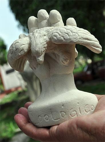 Obsequio del escultor a Fernando, representando la causa de Los Cinco.