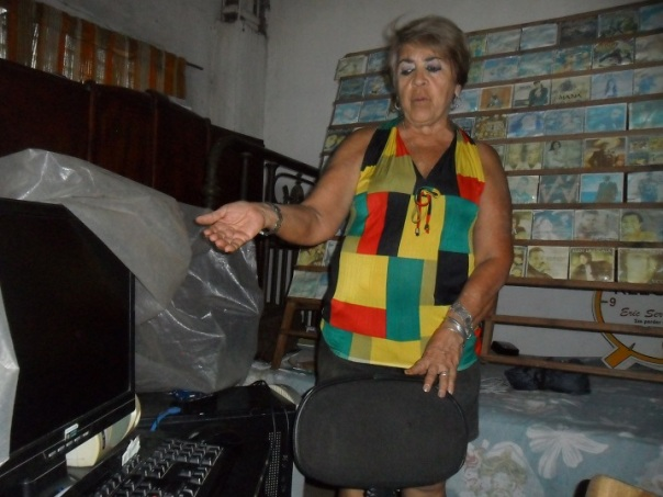 Marina López alquila, desde hace casi dos años, un local de su casa para la venta de discos. Ella también se afecta.