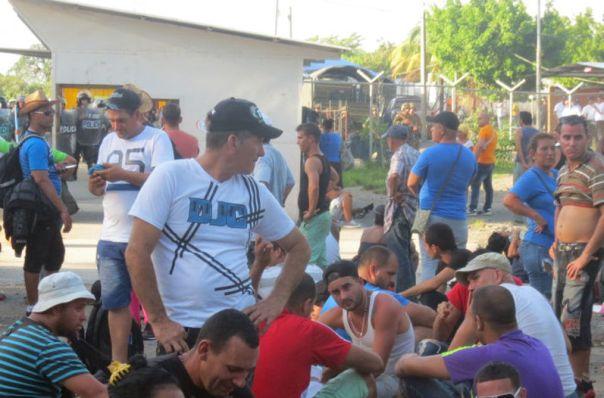 Miles-cubanos-varados-CARLOS-HERNANDEZ_LNCIMA20151219_0065_5